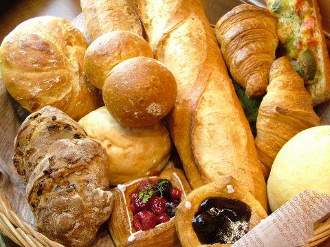 ずらりと並んだ香ばしい焼き立てパン