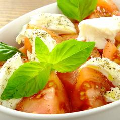 料理メニュー写真フレッシュトマトとフレッシュモッツァレラのカプレーゼ