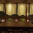 最大6名様テーブル席です。すだれをはずすと最大18名様ご利用できます。目の前で炭火で焼かれる「原子焼」や「炭火焼鳥」の煙とともにまとう、食欲を刺激する、音や匂いがシズル感たっぷりのお席です。ご家族とのディナー~デートに宴会と人数に応じたお席の組み替え出来ますので、あらゆるニーズにお応えできるお席です。