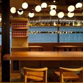 窓のある解放的な空間 おしゃれなテーブル席は2名様~30名様までフレキシブルに対応できます。