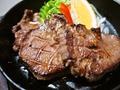 料理メニュー写真大トロタンの厚切り鉄板焼