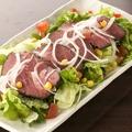 料理メニュー写真野菜が彩り、ローストビーフサラダ