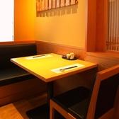こちらは2名様用のテーブル席です。お気軽なお一人様ランチや、大阪駅でお買い物途中のご休憩にもぜひご利用くださいませ。木の温もりと京の雰囲気漂うお席で、ごゆっくりおくつろぎいただけます。ランチは【彩り一汁八菜ご膳】京都の素材と八かく庵の豆皿料理がおすすめです!
