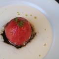 料理メニュー写真丸ごとトマトのロースト 黒と白のソース