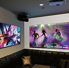 ■プロジェクタールーム■「迫力の映像」大型スクリーンと大型モニターに映る迫力の映像で、カラオケをお楽しみくださいませ。