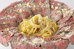 爆盛りチーズとローストビーフの肉ボナーラ