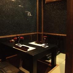 2敷板をオブジェにし昔を再現した2名様用お座敷個室。会食やデート接待にも。