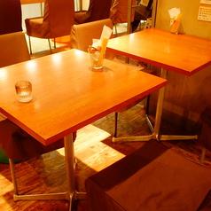 少人数様でも、大人数様でもOKのテーブル席完備!