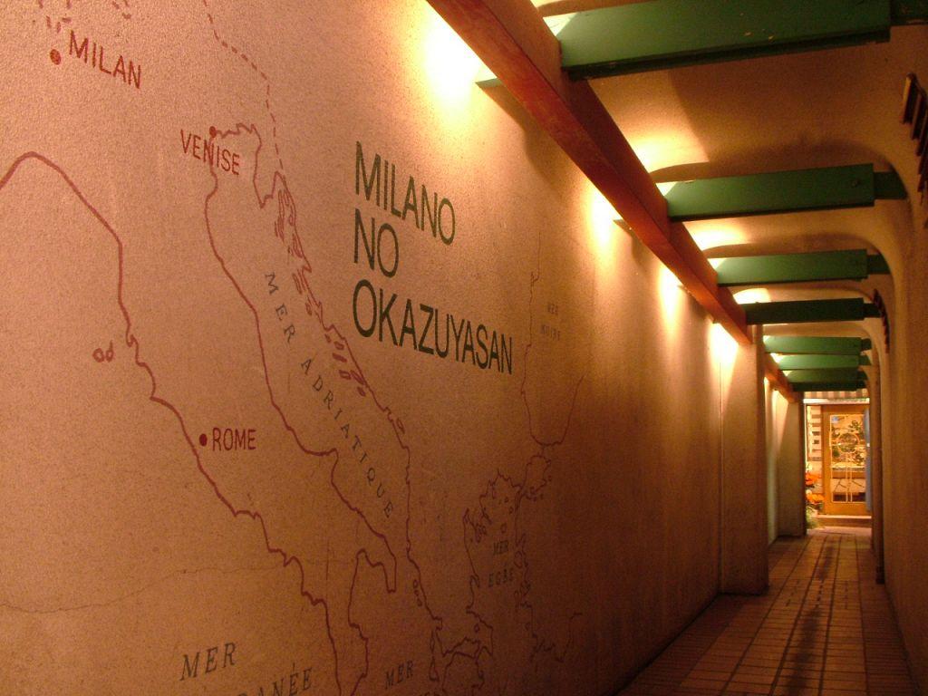 田町交番近くの看板をくぐると、入口まで続く、お洒落なトンネルが…