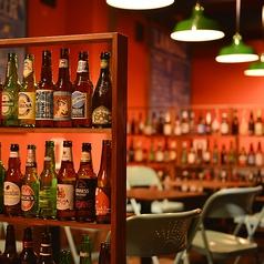 可愛いラベルのクラフトビールはインテリアにも◎お洒落な落ち着き空間でゆったりディナー♪