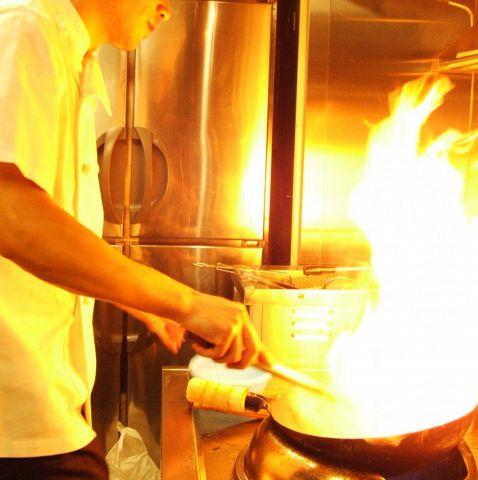 本場中国の料理人が豪快に炎を上げて調理いたします!