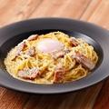 料理メニュー写真半熟玉子とベーコンのクリームスパゲッティカルボナーラ仕立て