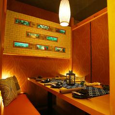 【小人数様用個室 ~ぬくもりある暖か空間~】完全に仕切られたプライベート空間♪温かみあるオレンジ色の灯りと和を基調とした落ち着いた雰囲気の個室空間は接待などビジネスシーンにもおすすめです◎新橋での宴会はお任せ下さい!!思い出に残るようお手伝いをさせて頂きます。
