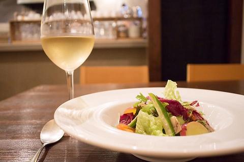 ゆったりとした店内で本格イタリアン料理と美味しいお酒が楽しめる♪