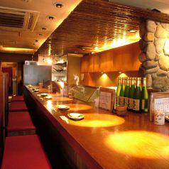 【北千住3分】×【焼き鳥】 まるで高級寿司店のようなカウンター席!だいたいカウンターというと、狭い感じを想像される方、多いのでは?【あんばい】は違います!余裕を持って、広々と、お隣のお客様との距離もゆとりがあり大きな背もたれもあって、カップルにおすすめです!