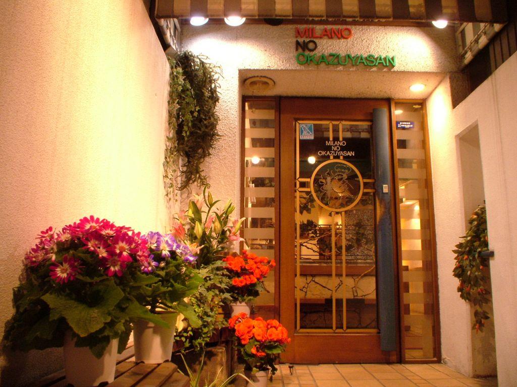 トンネルをくぐっていくと、木の枠がかわいい入口とお花たちが出迎えてくれます