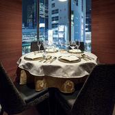 人気の窓際のお席は、お昼は開放的に、夜は夜景を眺めながらと一味違う雰囲気でお食事をお楽しみ頂けます。各種コースもご用意しておりますので、お気軽にお問合せください。