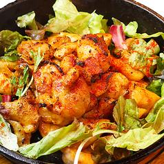 料理メニュー写真燻製若鶏の鉄板悪魔焼き