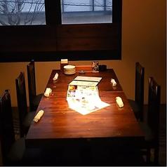 店内入って右奥手前にある個室席。6名掛けのテーブル席となっております。シンプルなお部屋になっております。
