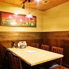 女子会や友達との集まりにぴったりな少人数用のテーブル席です。お好きな料理とドリンクを並べて、素敵な時間をお過ごしください♪