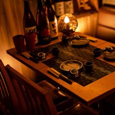 落ち着いた和風の個室空間へご案内します。木の香り漂う心地よい店内でご宴会をお楽しみください。小人数向けのお席もご用意しています。