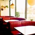 大通りから少し入った場所にあるカフェ。広いフロアでお客様それぞれの大切な時間をお過ごし下さい。喧騒を忘れて寛げる空間をご提供させて頂きます。