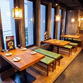 少人数での飲み会から、お席を組み合わせることで大人数でのお集まりにも対応可能なメインフロアのテーブル席。お気軽にお店までお問い合わせください♪