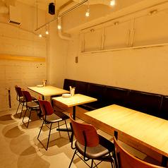 奥には最大12名様までお座り頂ける半個室のようなテーブル席もございます!