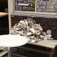 窓の下のベンチにはたくさんの牡蠣の殻が。牡蠣は全国23産地から直送で仕入れています!。[蒲田 蒲田駅 ワイン 刺身 鮮魚 牡蠣 居酒屋 宴会 スパークリングワイン 日本酒]