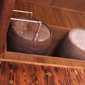 天井の樽には泡盛がたっぷり♪各テーブルの蛇口へと・・・
