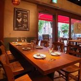 8名様程度が最適のテーブル席は女子会やバースデーパーティーにもぴったりです★かわいい絵画やオブジェが広がる店内でお食事とゆっくりしたお時間をお楽しみください。