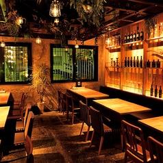片側ベンチシートのテーブル席です。天井や窓側に飾られた観葉植物や壁面がオシャレ感を演出する店内最奥のスペースとなっております!ちょっとした飲み会などにいかがでしょうか?当店自慢のアンガス牛と冷たいビールは相性抜群です!