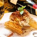 料理メニュー写真パイ生地ティラミスのクリームソース