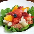 料理メニュー写真フレッシュフルーツ&モッツァレラのルッコラサラダ