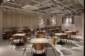 開放的な空間でカジュアルに☆新宿の夜景の見えるオシャレなテーブル席も多数ございます♪