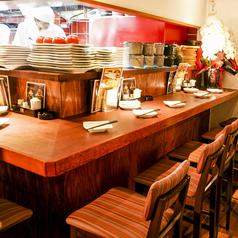 新しい【海峡】の特徴の一つ、ライブ感のあるオープンキッチンを囲むカウンター席です。奥行きもたっぷりとしているので居心地良いと人気のお席です。