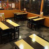 ファミリーでのお食事にもぴったりなテーブル席もございます。毎週月曜日はドリンク半額のサービスデーも!