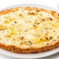 料理メニュー写真4種のチーズのピッツァ ~ハチミツ付~