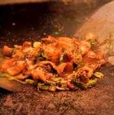 当店の名物は何と言っても種類豊富な鉄板焼きメニュー♪熱を逃がさない厚みのある鉄板で熟練の店長が丁寧に作り上げています。肉や海鮮、お好み焼きなど定番料理から変わり種まで鉄板焼き屋ならではの料理をお愉しみいただけます。
