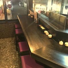 調理する様子を見ながら、お料理を楽しめる人気のカウンター席。広めに作られたカウンター席で、大和地鶏を中心とした鶏料理の数々をお楽しみいただけます◎