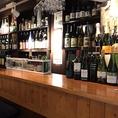 カウンター奥に並ぶワインや焼酎、日本酒のボトル。お酒の種類がとても豊富なのも《うみの家》の自慢♪。[蒲田 蒲田駅 ワイン 刺身 鮮魚 牡蠣 居酒屋 宴会 スパークリングワイン 日本酒]