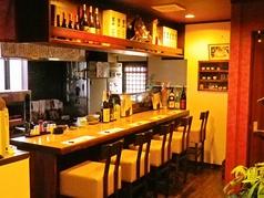 お一人で来てもオーナーやお客さん同士会話が楽しめるカウンター。
