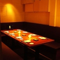 【御予約激戦】隠し扉の隠れ家個室!暖かい暖色照明のソファ個室なので居心地は最高♪6名様~最大12名様までお使いいただけます。完全個室ですので、大切なゲストをお招きした接待や会食、ご宴会にぴったりです。