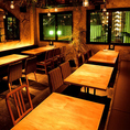 テーブル席は、少人数様から32名様まで人数に合わせてご利用可能です。ちょっとした飲み会からご宴会まで様々なシーンに対応致します。90分飲み放題付き、骨付きリブロース トマホークステーキを堪能出来るコース6,000円で是非、お楽しみ下さい!