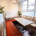 コの字型に座れるテーブル席