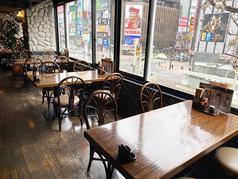 ススキノの夜景が見える開放的なテーブル席。ススキノのトレードマーク【ニッカウヰスキーのネオン】が見えます!通常よりもテーブルを減らして間隔を開けてレイアウトしております。