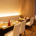 友達同士、カップル、職場の仲間、ファミリーの方もお使い頂けるテーブル席です。ランチではお話しながら、お食事を楽しんで頂く、夜はお食事だけではなく、チョイ飲みでお酒も楽しめるそんな席です(品川 ランチ 女子会 会社宴会 インドカレー 各国料理 ナン カレー)