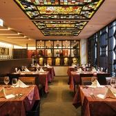 天井がステンドグラス、窓際席は人気のお席です。