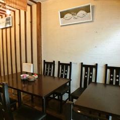 1階テーブル席(喫煙不可)【1~6名】2名がけのテーブルが2つ並んだ席。椅子の座り心地に気を配りました。長く座っていてもお尻が痛くなりません。