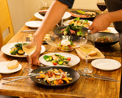 都会の喧騒を離れた場所でゆっくりお食事とワインをお楽しみ下さい